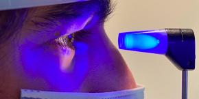 La Dra. Iglesias, oftalmòloga de l'Hospital Sant Rafael, patenta un aparell per mesurar amb precisió la PIO en pacients operats de miopia